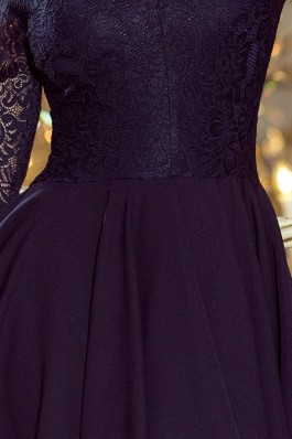 210-2 NICOLLE - Suknelė su ilgesne nugara ir nėriniais - Tamsiai mėlyna